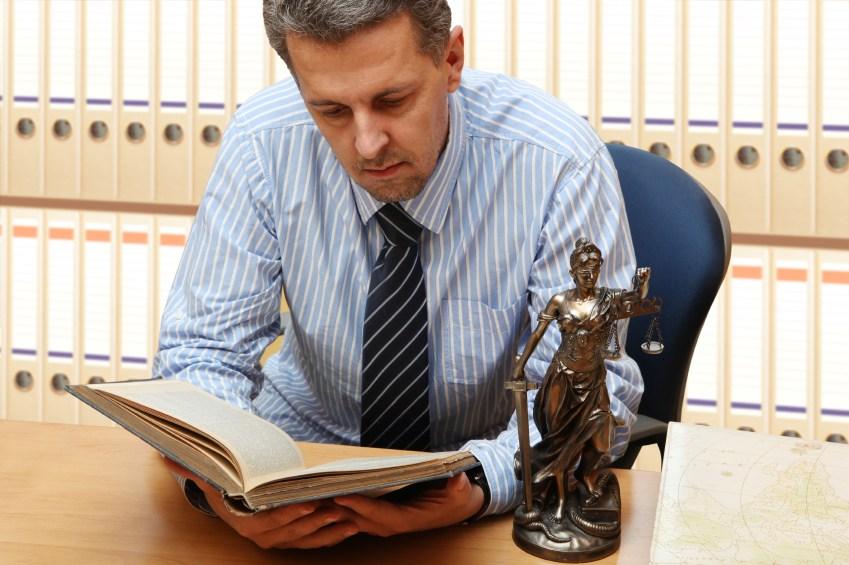 Опытный юрист умеет быть и обаятельным, и жестким, находить проникновенные слова и мгновенно вспоминать сложные формулировки и статьи законов