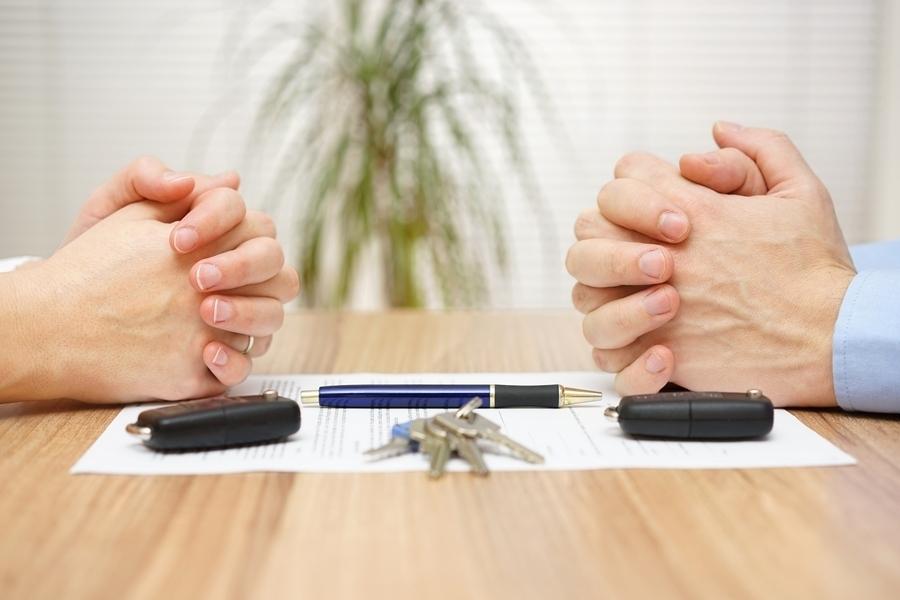 В рамках действующего законодательства, адвокаты могут предложить своим клиентам развод посредством суда, но без присутствия второго супруга