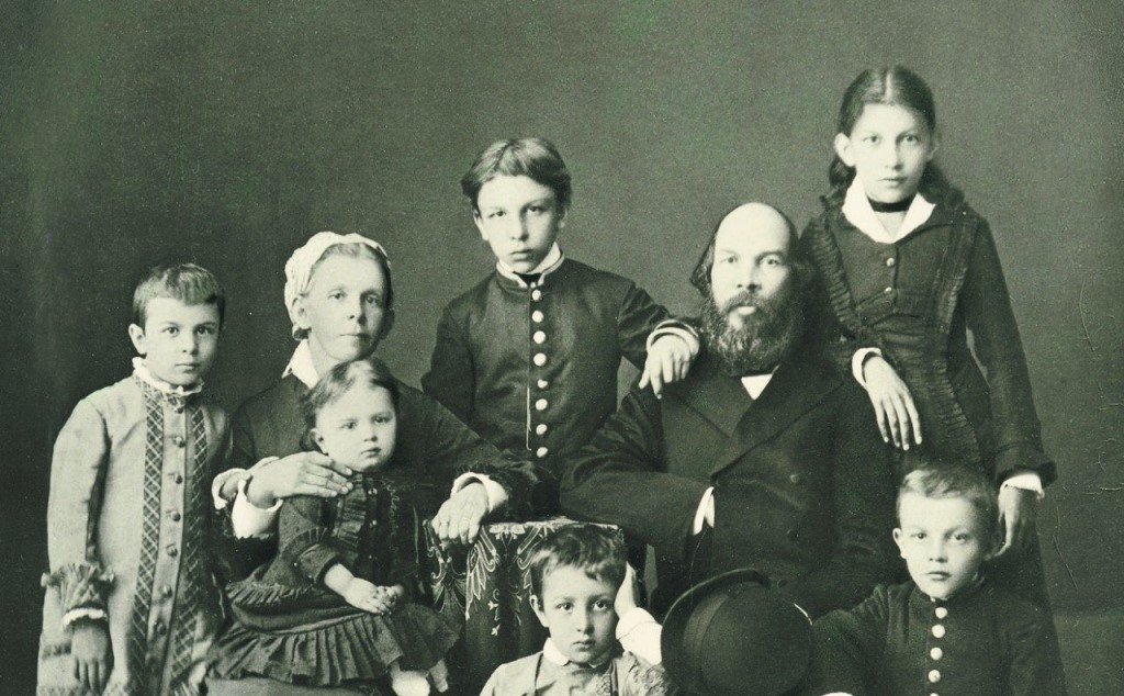 Семья Ульянова - маленький Володя Ульянов снизу справа