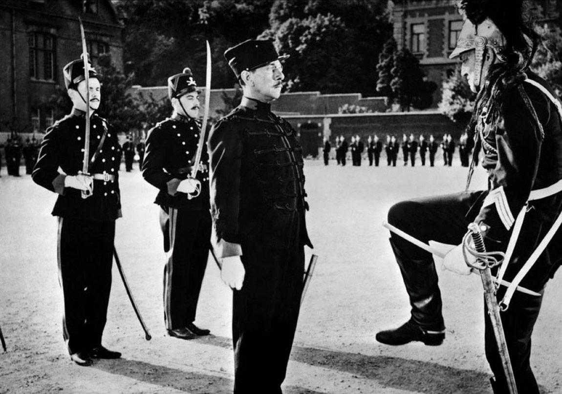 Альфред Дрейфус, офицер французского Генерального штаба, еврей родом из Эльзаса, на тот момент территориально относящегося к Германии, был обвинен в шпионаже в пользу Германии, карьера его была сломана, сам он брошен в тюрьму, а затем приговорен к пожизненной ссылке на основании фальшивых документов.